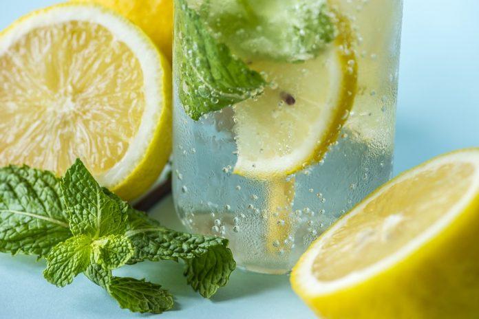 l acqua del limone riduce il grasso corporeo